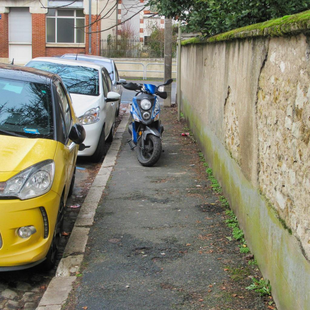 La moto sur le trottoir